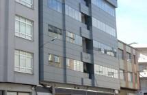 Reforma y ampliación de un edificio en la Calle de la Fábrica, en Carballo